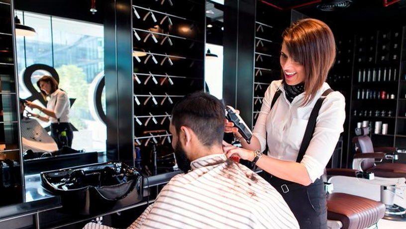 Порой визит к парикмахеру может оздоровить волосы и сделать их здоровыми и блестящими / https://russianemirates.com