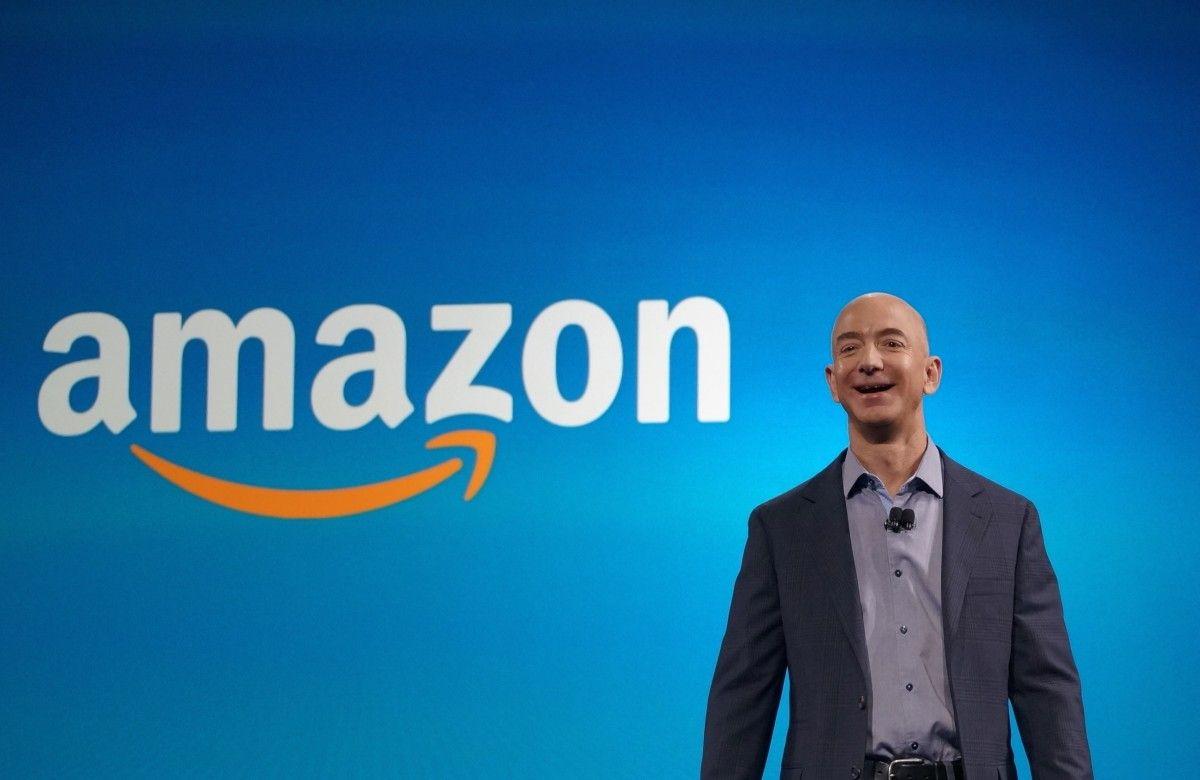На першому місці в списку найзаможніших фігур розташувався засновник компанії Amazon Джефф Безос / фото Muzul