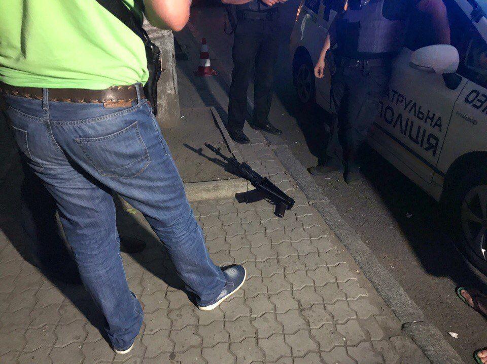 Один из пострадавших и организатор встречи выезжающих за рубеж / Фото informator.dp.ua