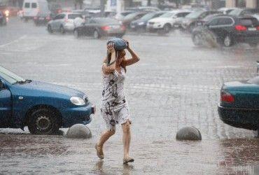 Дощі та грози повертаються до України: в частині областей оголосили штормове попередження (карти)