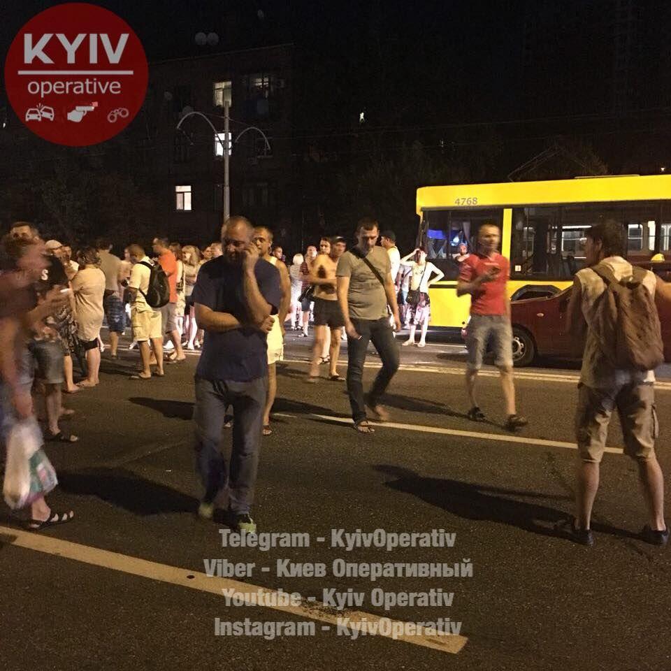 Люди перекрыли Харьковское шоссе / фото facebook.com/KyivOperativ