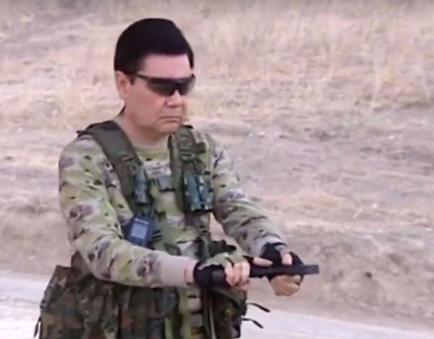 На видео также можно наблюдать, как глава государства целится в мишени ножами / скриншот