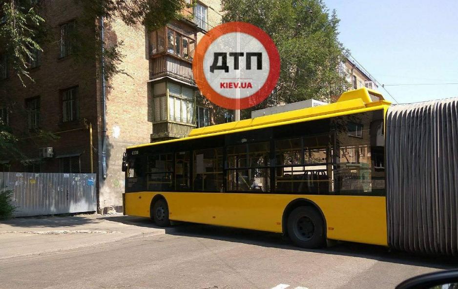ВКиеве троллейбус наскорости врезался в дом
