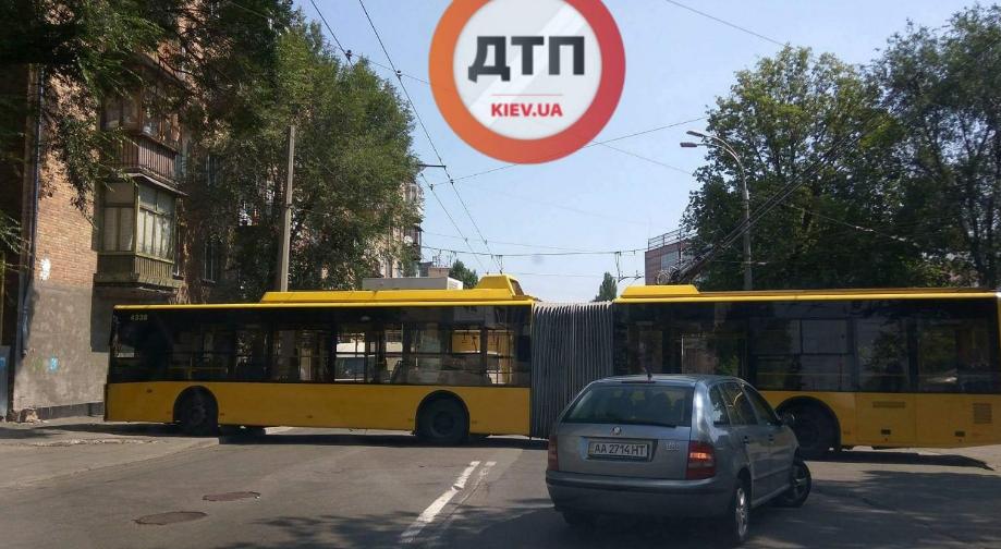 В Киеве троллейбус въехал в дом / dtp.kiev.ua
