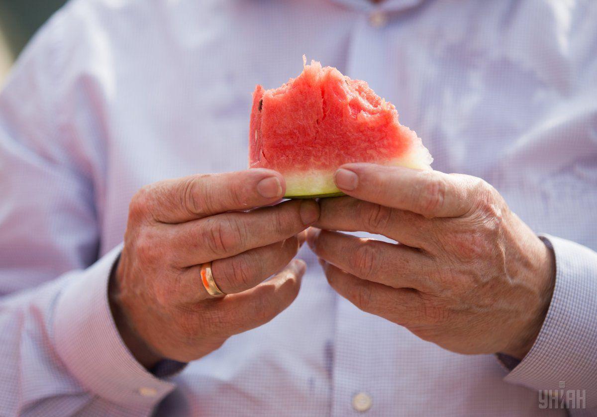 Лучше всего покупать арбузы в августе, говорят медики / фото УНИАН