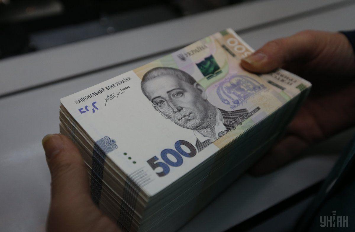 Порівняно з відкриттям торгів, гривня знизилася до долара на 9 копійок / фото УНІАН