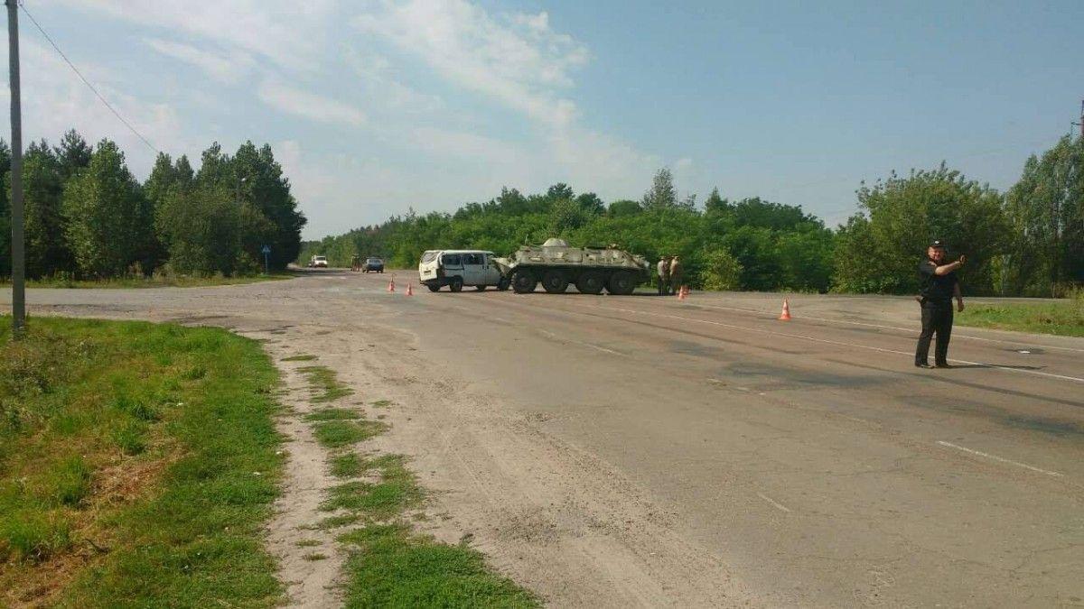 БТР протаранил микроавтобус вУкраинском государстве, есть пострадавшие