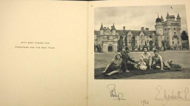 ВВеликобритании продали саукциона открытки сподписью королевы