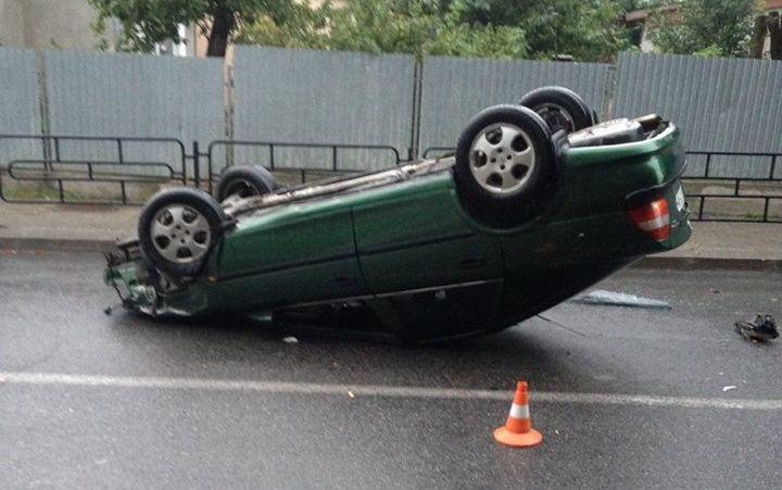 водій автомобіля Opel Vectra не впорався з керуванням / фото патрульної поліції Тернополя