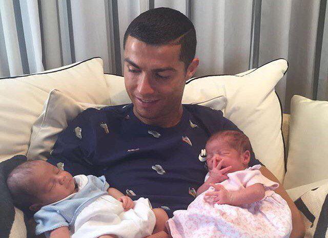 Криштиану Роналду с близнецами, которые родились у него в июне / Instagram