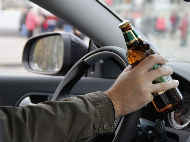У Тернополі водій демонстраливно пив пиво перед копами / фото stopalcolife.ru