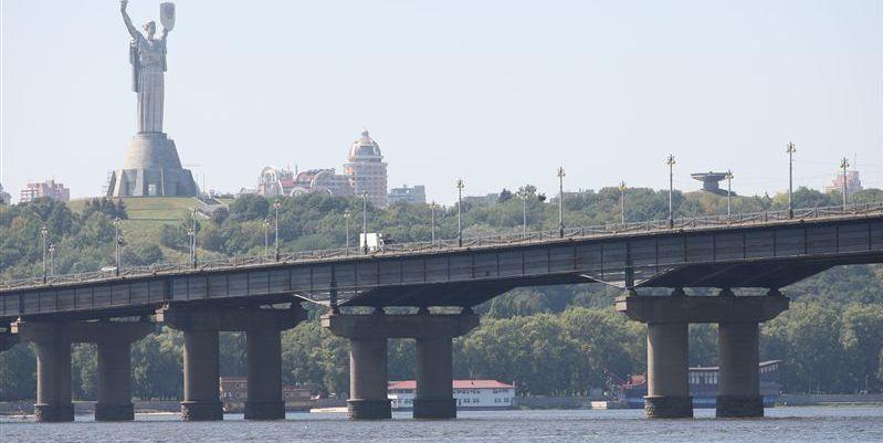 На мосту будет осуществляться восстановлением бортового камня / фото 112.ua