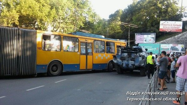 Зіткнення тролейбуса та БРДМ / фото Нацполіція Тернопільскої області