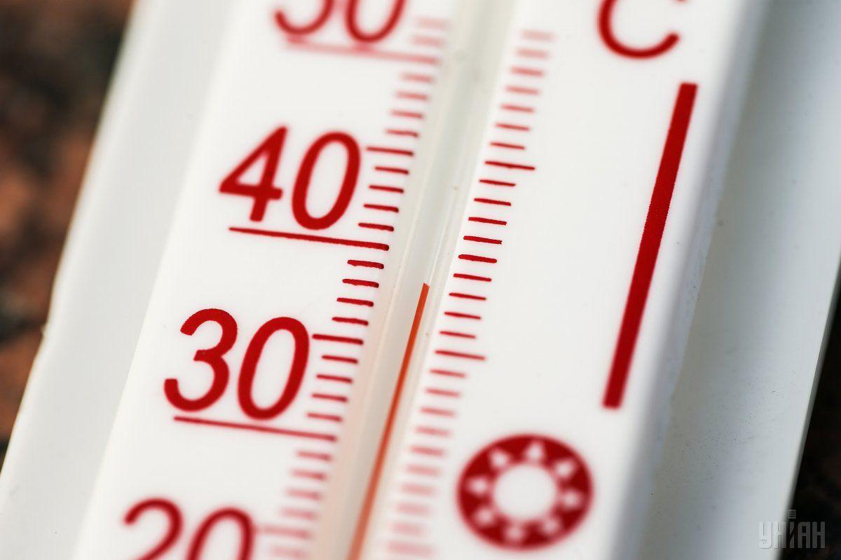 В жаркие дни максимальный теплообмен в помещении происходит именно через окна / фото УНИАН