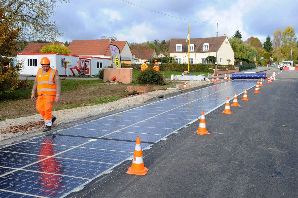 Во Франции покрыли первый километр дороги с солнечными батареями / скриншот УНИАН