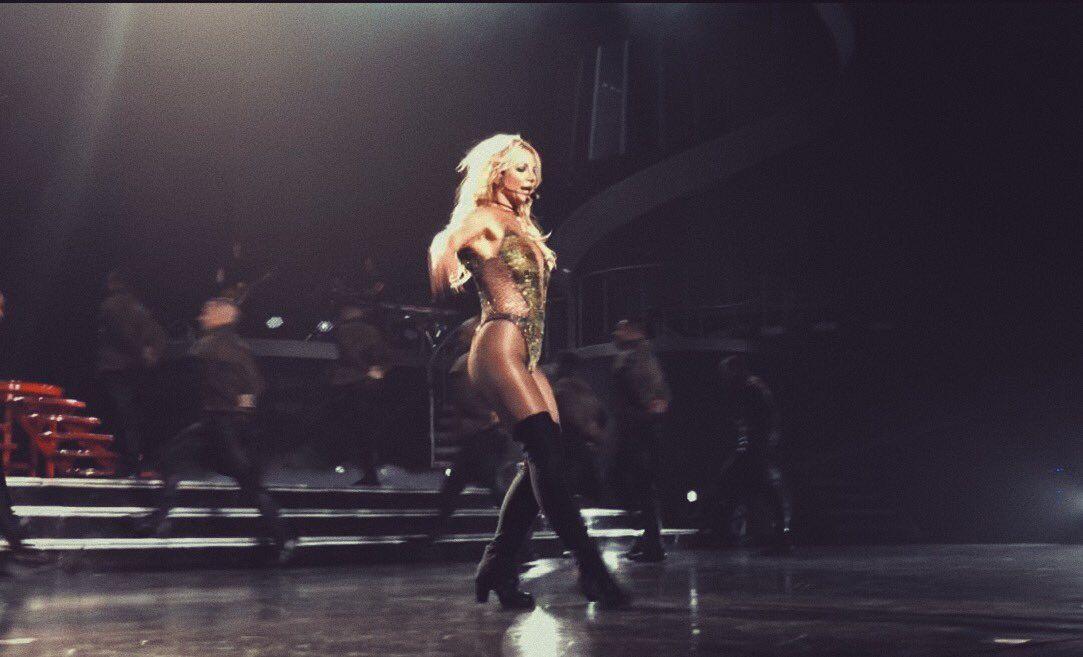 37-річна поп-діва, як і раніше, дуже любить короткі сукні \ emanueljenner
