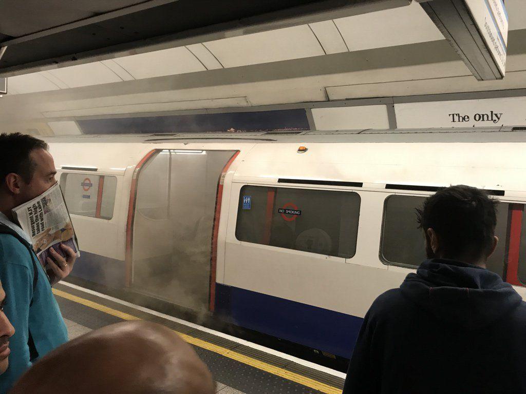 Четыре человека отравились дымом, двоих забрали в больницу / Фото twitter.com/LondonFire