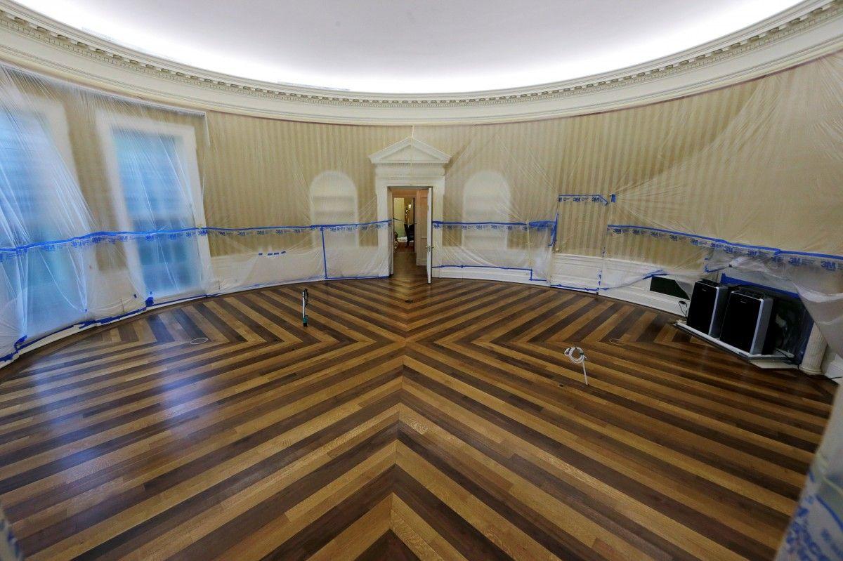 Из Овального кабинета вынесли стол / REUTERS