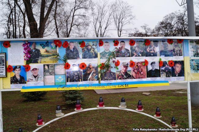 Алея пам'яті Героїв біля Дніпропетровської облдержадміністрації була створена в квітні 2014 року / фото radiosvoboda.org