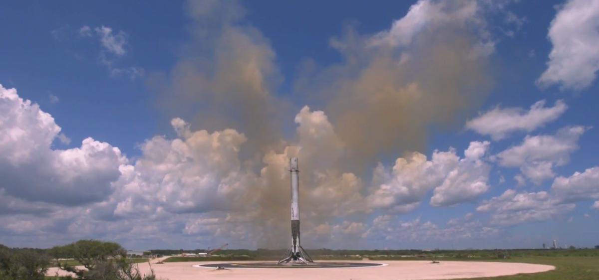 Первая ступень ракеты успешно приземлилась / Скриншот
