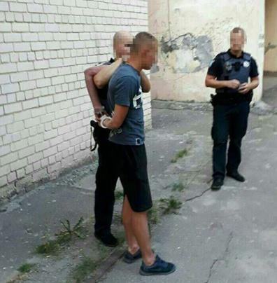 Мужчина пил пиво на лавочке во дворе дома / Полиция Днепропетровской области