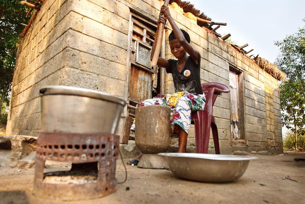 Жителька ДРК робить борошно з тапіоки / Фото ЮНІСЕФ