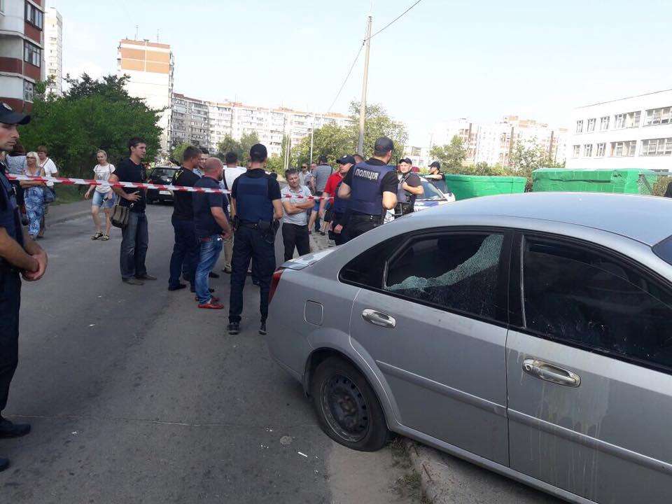 Люди оточили автомобіль нардепа і пошкодили скло, колеса / facebook.com Євген Шевченко