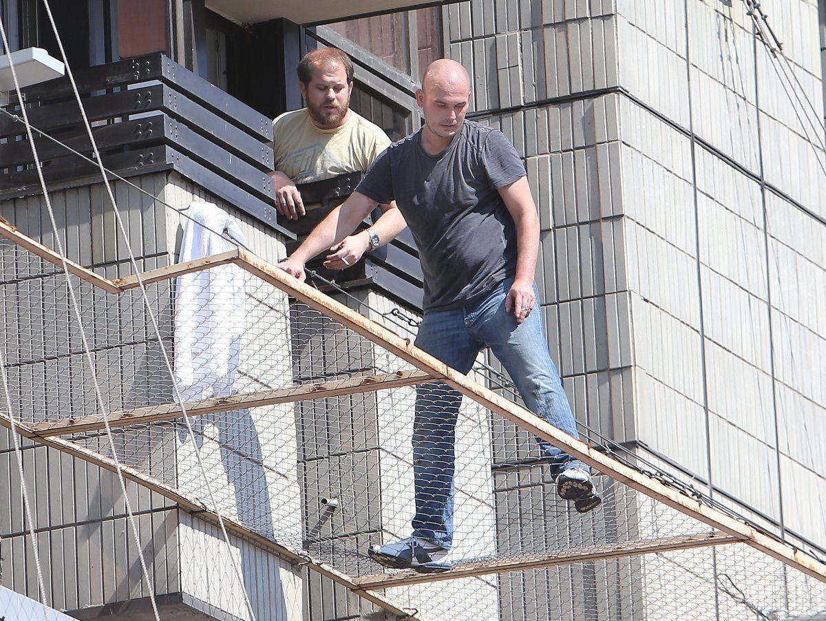 На сітку чоловік потрапив  через балкон готелю / фото УНІАН