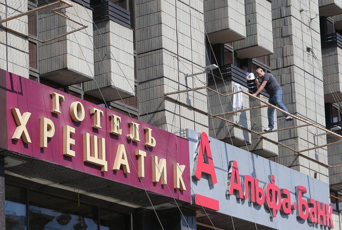 Вцентре столицы Украины неизвестный требует встречи сконсулом РФ, угрожая суицидом