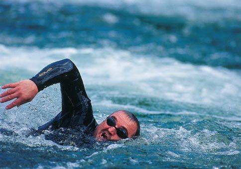 Мужчина плыл по 12 часов в сутки / скриншот УНИАН