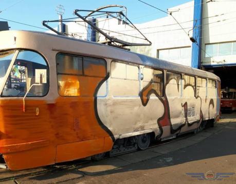 Невідомі в масках розмалювали трамвай / фото