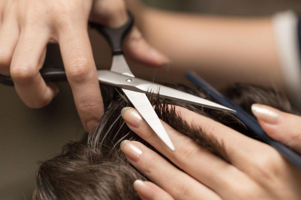 Мужчина подстригся в подземном переходе / coiffure-lydia.com