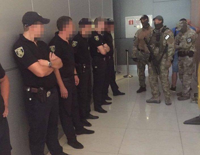 Затриманим співробітникам поліції повідомлено про підозру в одержанні хабара / фото СБУ, Facebook