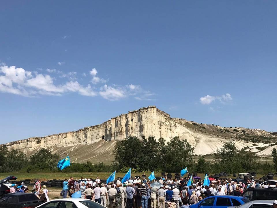 Российские оккупанты в Крыму помешали крымским татарам провести памятное мероприятие / фото facebook.com/meclis.org