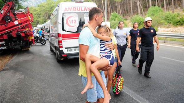 На момент аварії в автобусі перебувало 26 осіб / Hurriyet