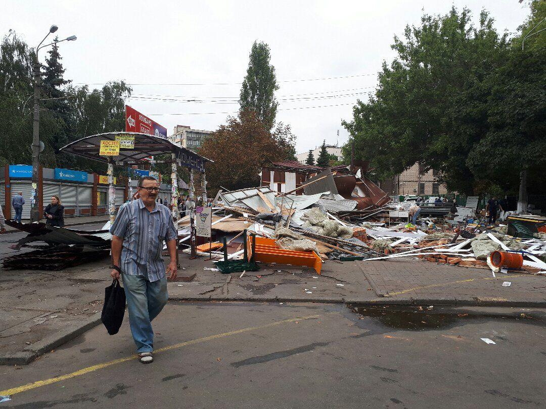 Снесенный МАФы возле метро / фото 112.ua
