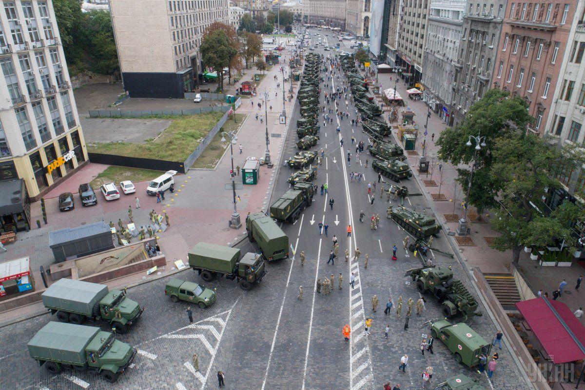 На Хрещатику демонструють новітню військову техніку / фото УНІАН