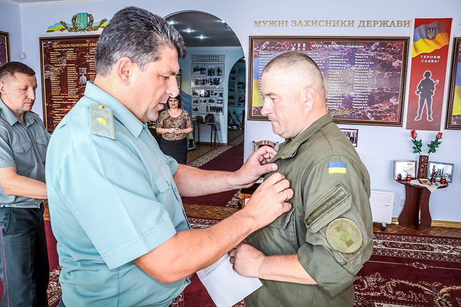 Отець Андрій – перший з капеланів, який отримав посвідчення учасника бойових дій  / фото ngu.gov.ua