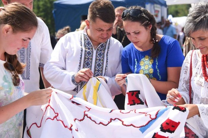 Полотно з вишитою територією Тернопільщини передали до Львова / фото: прес-служба тода