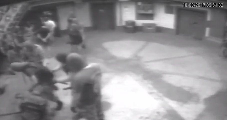 На видео видно, как арестантов бьют / Скриншот