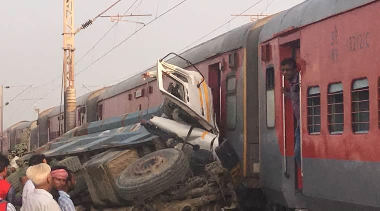 Авария с поездом и мусоровозом в Индии / фото Uttar Pradesh Home Department