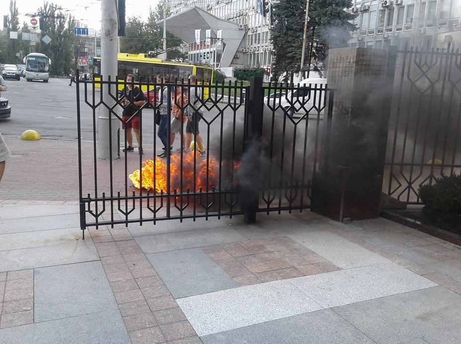 Активисты подожгли шины у здания суда / фото УНИАН