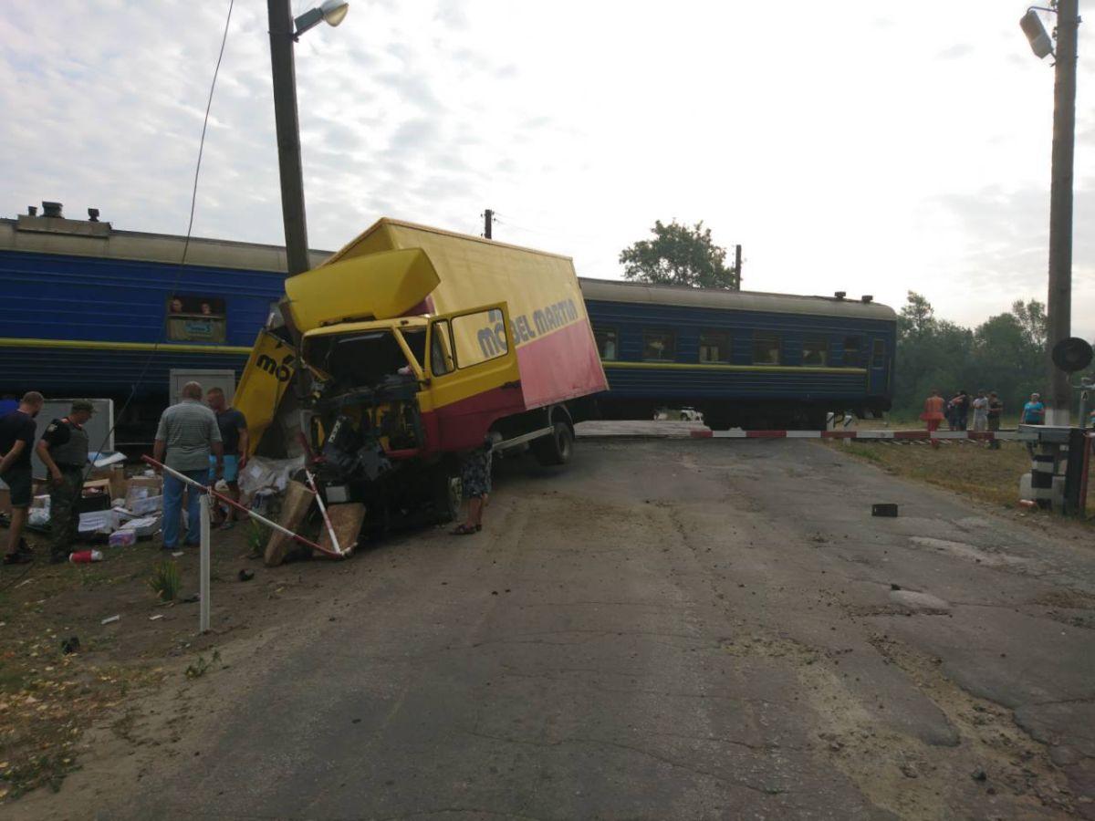 Водитель решил не ждать, пока проедет поезд / фото facebook.com/csomvd