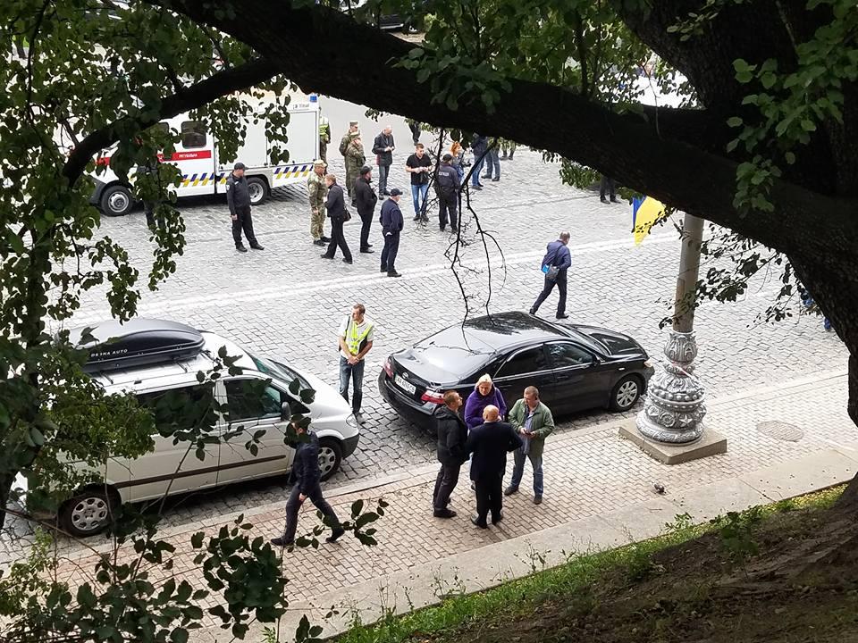 В результате взрыва в центре Киева возле Кабмина пострадали три человека / фото facebook.com/kutiepov