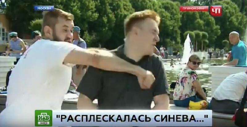 Мужчина применил силу после того как репортер попросил его замолчать  Скриншот