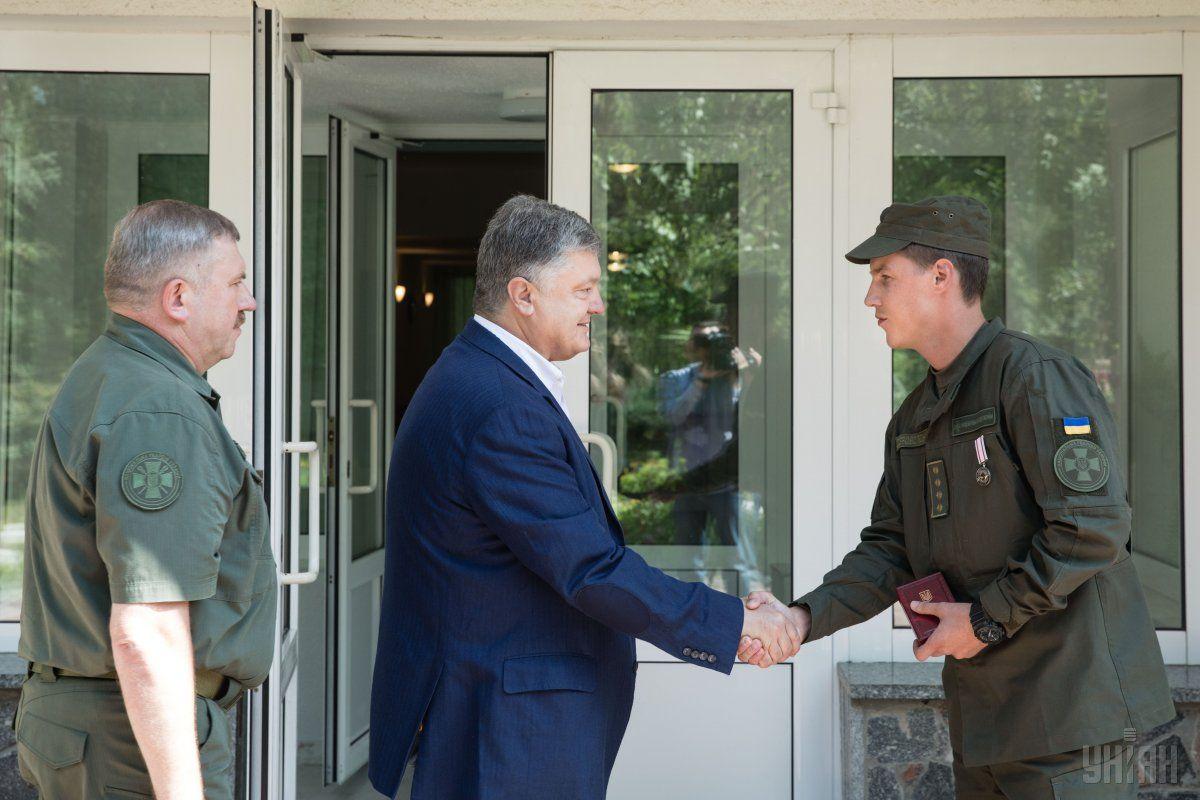 Президент наградил медалью нацгвардийця, который спас женщину во время вчерашнего взрыва в Киеве / УНИАН