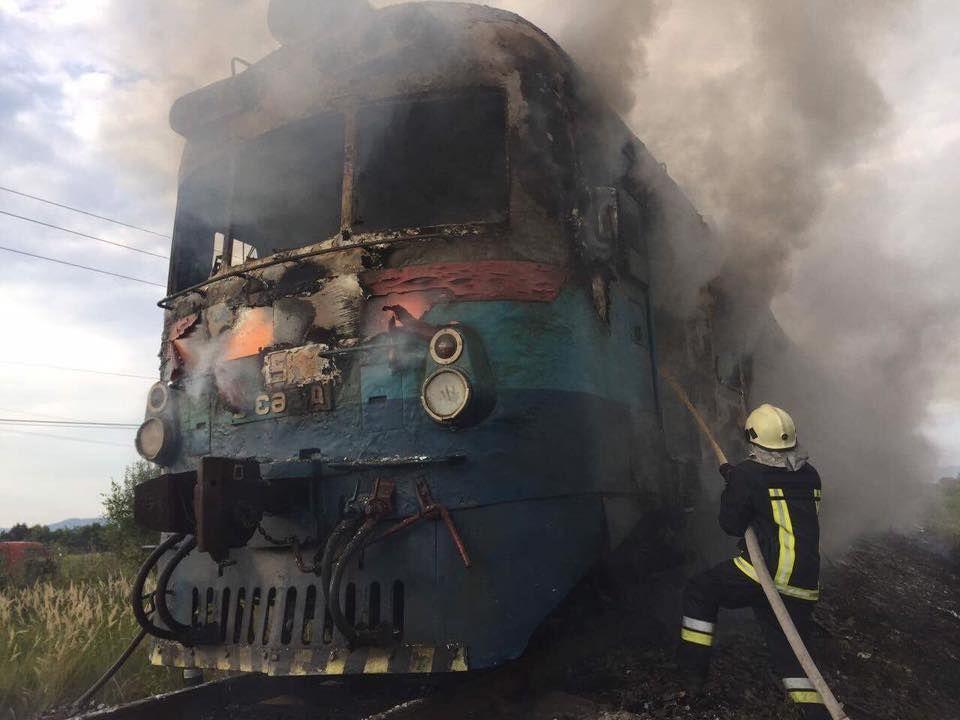 На вокзалі у Франківську горить локомотив