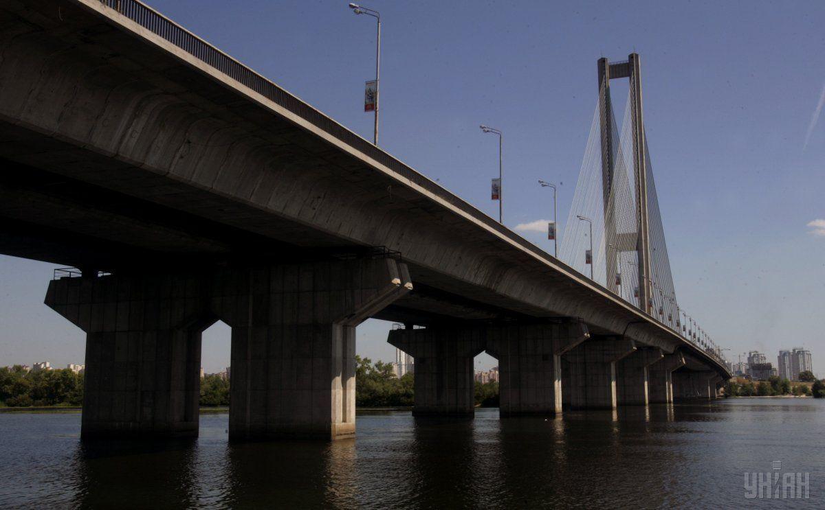 В Киеве каждые выходные из-за проведения ремонтных работ частично ограничивают движение в разных направлениях на Южном мосту / фото УНИАН