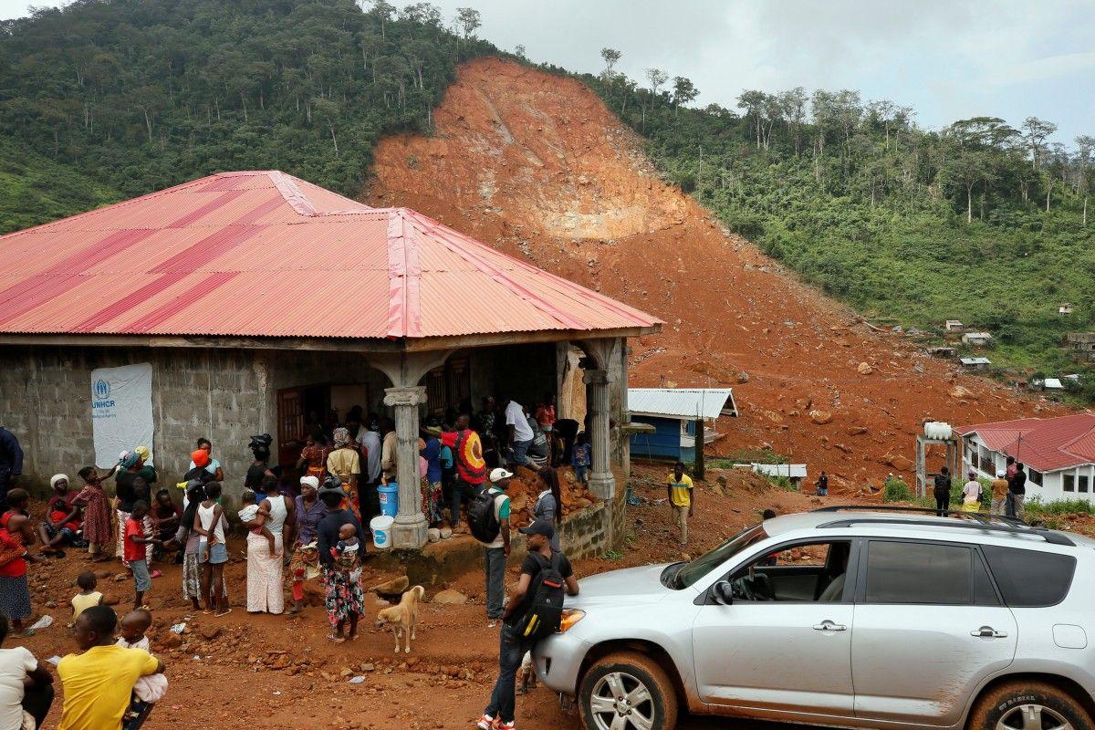 Потерпілі від зсуву в Сьєрра-Леоне збираються в таборі для внутрішньо переміщених осіб / REUTERS