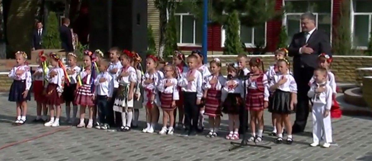 Дети исполнили гимн во время визитку в Покровская президента / скриншот